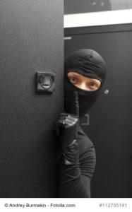 Foto Einbrecher hinter einer Tuer