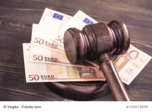 Euroscheine unter Richterhammer